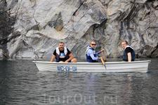Для путешествия по водному зеркалу каньона можно взять лодку. Даже нужно брать лодку! (кстати, очередь на лодку огромнейшая)