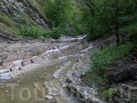 дождь нас преследовал, так что даже в горах трижды попадали  под дождь, из-за чего  все горные  реки вышли из берегов  Было мокро, скользко, но  очень ...