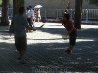 Китайские пенсионеры не сидят дома и не ездят на дачи. Они собираются в парках, на улицах и ведут активную жизнь
