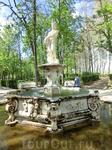 Постамент фонтана украшен барельефами и фигурками сатиров по углам.