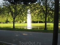 Фонтан в парке посреди пруда