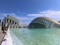 Вот показалось еще одно здание - El Hemisférico, который имеет форму глаза. Это огромное пространство 143 000м2, в котором разместился кинотеатр IMAX, ...