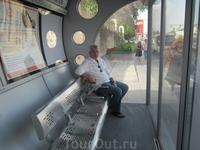 Остановка общественного транспорта с кондиционером.