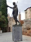 Памятник основателю города установлен на площади, которая носит его же имя, Цезаря Августа, у остатков древнеримской стены, которая раньше окружала город ...