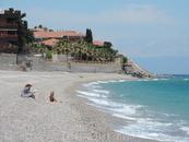 Пляж с разных сторон окружали виллы