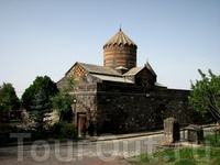 Область Арагацотн, монастырь Мугни, 2 км севернее Аштарака. Слева от алтаря находится могила св. Григория.