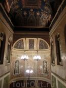 Дворец был построен в 1846 - 1847 гг архитектором Aníbal Álvarez Bouquel для банкира Manuel Gaviria y Douza, Marqués de Gaviria и он был одним из самых роскошных дворцов своего времени. Построенный согласно свежим веяниям неоклассики в стиле итальянских палаццо эпохи Возрождения, он очень быстро стал знаменитым, благодаря праздникам и балам, которые устраивали в нем хозяева.