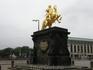 Золотой памятник Августу Сильному, смотрит в сторону Польши, королем которой Август Сильный, курфюрст Саксонии,  являлся