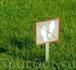 Вот так деликатно можно попросить посетителей не топтать газоны :)