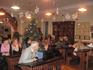 Наша группа в классе. Поскольку мы приехали в рождественские дни, то музейные работники украсили классы. В этом классе стояла наряженная елка.