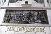 Мавзолей украшают панно. На этом изображен Колумб представший перед двором, вернувшись из очередного плавания