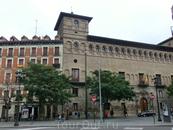 На проспекте много красивых зданий. Например это - здание в котором сейчас размещается верховный суд Арагона, ранее бывшее дворцом - palacio de los Luna ...