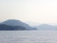 Наслаждаюсь видами гор в дымке во время морской прогулки