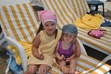 Наша доченька на пляже с Варей из Арзамаса