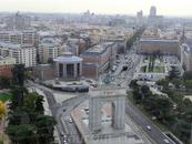 Ближе к нам - станция метро Монклоа, перед ней триумфальная арка времен победы Франко в гражданской войне и справа - здание штаб-квартиры Военно-воздушных ...
