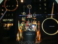 Одно из моих любимых мест на Пикадилли и в Лондоне - магазин Фортнум и Мейсон. Там много всяких вкусняшек и очень красивые витрины.
