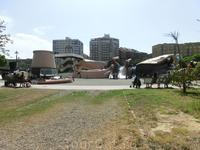 На глаза попалась детская площадка похожая город внеземной цивилизации.