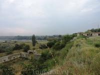 Вот такие виды открываются из двора крепости: многие участки крепости еще не успели отреставрировать