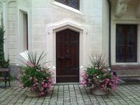 Цветочные клумбы во внутреннем дворе замка