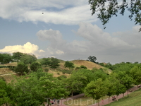 Парк - это пространство с семью холмами (отсюда и название Siete Tetas), где можно сидеть, смотреть на столицу, простирающуюся внизу и еще и еще раз смотреть в мадридское небо.