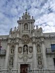 Знаменитый барочный фасад был спроектирован кармелитским монахом Pedro de la Visitación. Фасад украшен статуями, символизирующими науки. На первом уровне возле двери в нишах установлены статуи Риторик