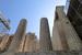 Снизу, от подножия пиргоса, особенно величаво выглядит мощная колоннада Пропилеи, построенных архитектором Мнесиклом в 437—432 гг. до н. э. На высоких ступенях подиума поднимаются колонны, выполненные