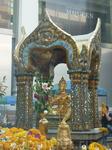Алтарь Эраван в центре современного многоэтажного Бангкока