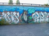 Там же,центральная набережная,граффити на стенах