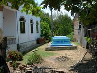 Часто захоронения можно увидеть рядом с домом или на рисовых полях