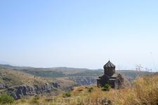 В 1026 году, по повелению прославленного военачальника Ваграма Пахлавуни, в крепости сооружается одна из лучших по своему благородному изяществу церквей ...