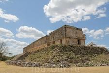 Дворец правителя Ушмаля. Дворец IX-Xвв в стиле пуук представляет собой комплекс из трех зданий, соединенных арками.