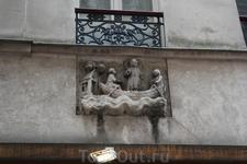 Старейшая уличная вывеска - барельеф XIV в.