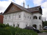 Старинный дом-терем возле церкви Успения Божией Матери