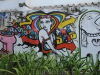 В Рио огромное количество домов и заборов разрисованы таким вот образом.