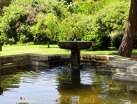 В парке много фонтанов и фонтанчиков. Одни побольше, как этот, другие поменьше или совсем миниатюрные. Вообще парк оставил странное чувство. Он очень чистый ...