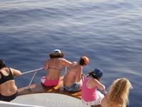 А дети на носу яхты.