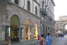 Идем на площадь  Республики. С 1115 года Флоренция превратилась в независимую коммуну и начался  расцвет города.А с 1865 по 1871 годы Флоренция  была столицей ...