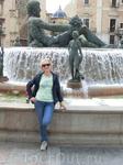 Ближе к северной части площади разместился и притягивает взгляд публики большой фонтан. Это аллегорическое воплощение реки Турьи (ríoTuria) и по кругу ...