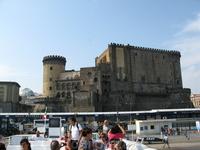 Замок Ово (Яйца). Может в честь яйца Овидия или Вергилия. История давняя, темная и малодостоверная.