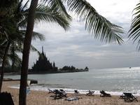 На пляж ходили в отель &quotGarden Sea View&quot, так как там пляж лучше, и с отеля Зайн ходит транспорт. На горизонте - строящийся храм истины. Это пляж.