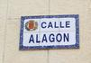 Таблички с названиями улиц традиционно содержат герб города. У Сарагосы - это золотой лев на красном фоне, сверху - золотая корона и обрамлением служат ...