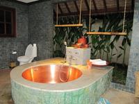 одна стена ванной отсутствовала,заменял ее небольшой садик