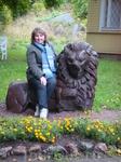 Со скульптурой льва у бывшего дома управляющего, сейчас административного здания парка