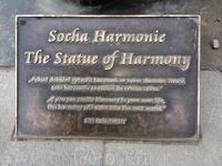 """Надпись на табличке перед статуей """"Гармония"""" гласит """"Создай гармонию в своей жизни, и эта гармония распространится на весь мир"""""""