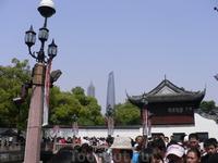 Шанхай во всей красе. А в центре города - старина, а вон там на дальнем плане- небоскребы. Здорово, да?