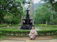 «Центральный Фонтан» - место пересечения главных аллей Ботанического сада – это одна из самых красивейших его достопримечательностей. Это прекрасное сооружение, созданное в Англии, имеет в своей основ