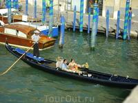 Длина лодки составляет 11,05 метров, ширина 140 сантиметров, дно плоское без киля. Вес пустой гондолы составляет около 900 фунтов (примерно 400 килограмм) ...