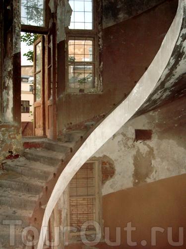 когда-то эта лестница была красива...
