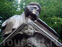 там же, рядом с Собором стоит памятник Микаэлю Олави Агриколе