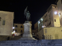 Ночная Plaza de Sirenas с памятником народному герою Сеговии, участнику движения &quotcomuneros&quot Хуану Браво.